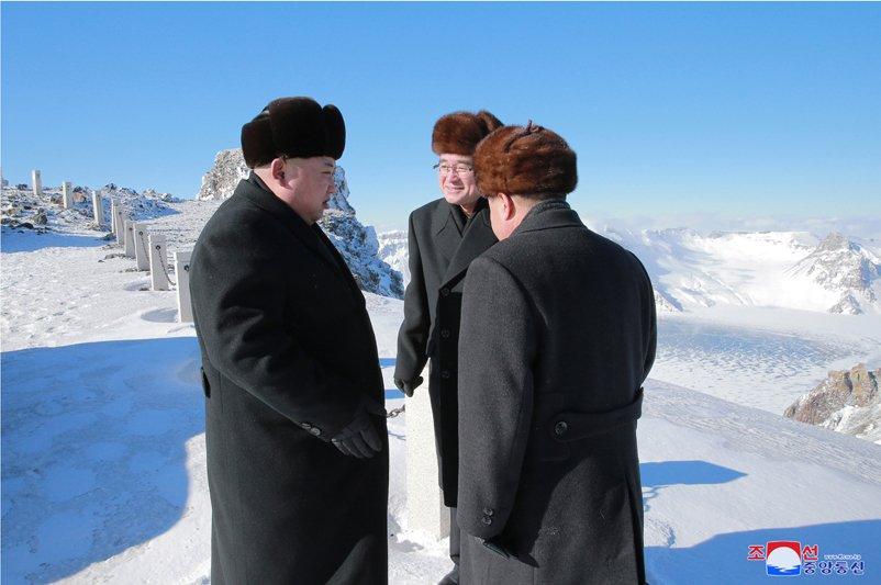 Anh: Ong Kim Jong-un tuoi cuoi tren dinh nui cao nhat Trieu Tien hinh anh 6