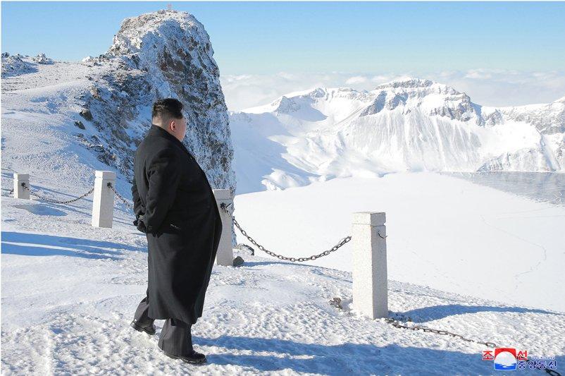 Anh: Ong Kim Jong-un tuoi cuoi tren dinh nui cao nhat Trieu Tien hinh anh 3