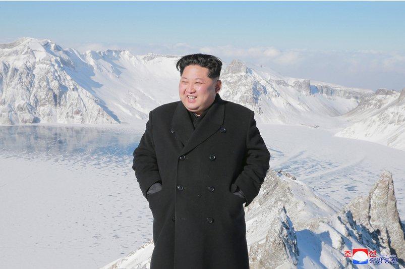 Anh: Ong Kim Jong-un tuoi cuoi tren dinh nui cao nhat Trieu Tien hinh anh 1