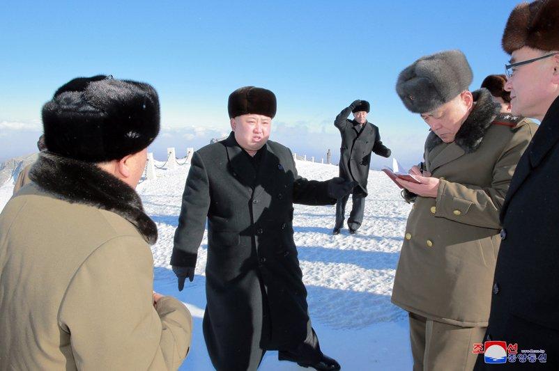 Anh: Ong Kim Jong-un tuoi cuoi tren dinh nui cao nhat Trieu Tien hinh anh 2