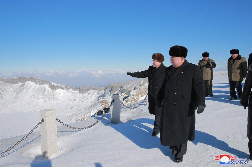 Anh: Ong Kim Jong-un tuoi cuoi tren dinh nui cao nhat Trieu Tien hinh anh 7