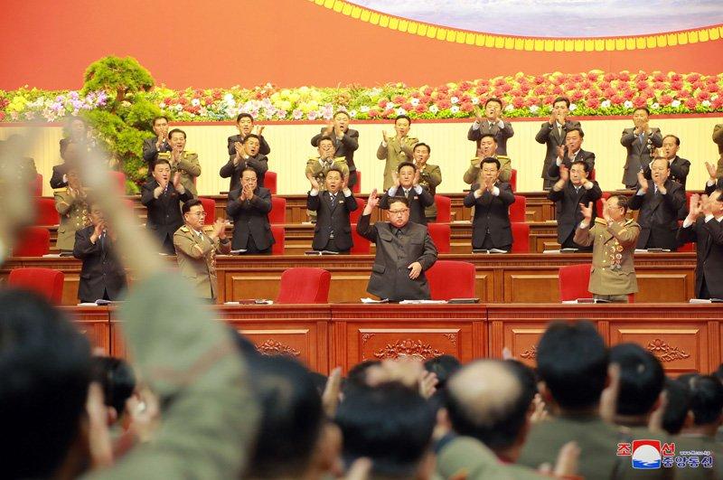 Anh: Ong Kim Jong-un tuoi cuoi bat tay nguoi tham gia thu nghiem ten lua Hwasong-15 hinh anh 6