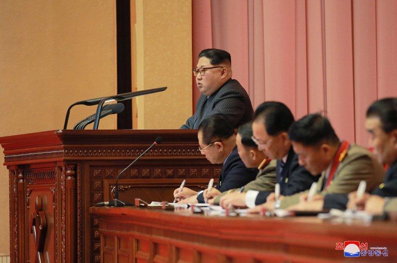 Anh: Ong Kim Jong-un tuoi cuoi bat tay nguoi tham gia thu nghiem ten lua Hwasong-15 hinh anh 8