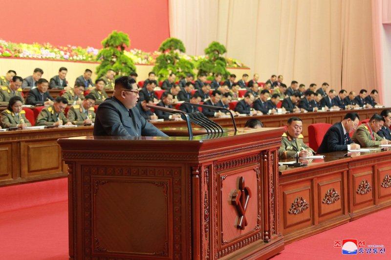 Anh: Ong Kim Jong-un tuoi cuoi bat tay nguoi tham gia thu nghiem ten lua Hwasong-15 hinh anh 9