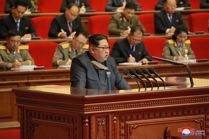 Anh: Ong Kim Jong-un tuoi cuoi bat tay nguoi tham gia thu nghiem ten lua Hwasong-15 hinh anh 11