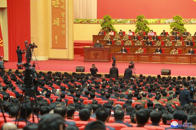 Anh: Ong Kim Jong-un tuoi cuoi bat tay nguoi tham gia thu nghiem ten lua Hwasong-15 hinh anh 12
