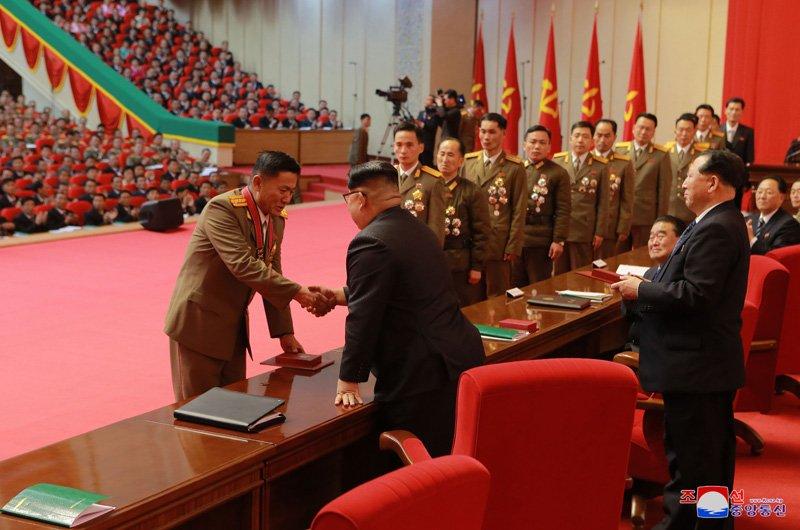 Anh: Ong Kim Jong-un tuoi cuoi bat tay nguoi tham gia thu nghiem ten lua Hwasong-15 hinh anh 2