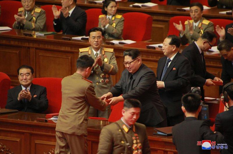 Anh: Ong Kim Jong-un tuoi cuoi bat tay nguoi tham gia thu nghiem ten lua Hwasong-15 hinh anh 3