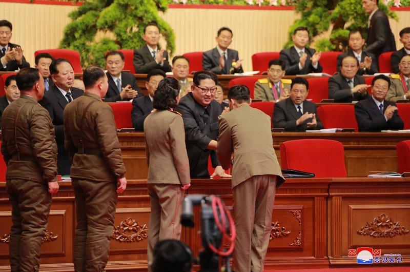 Anh: Ong Kim Jong-un tuoi cuoi bat tay nguoi tham gia thu nghiem ten lua Hwasong-15 hinh anh 4