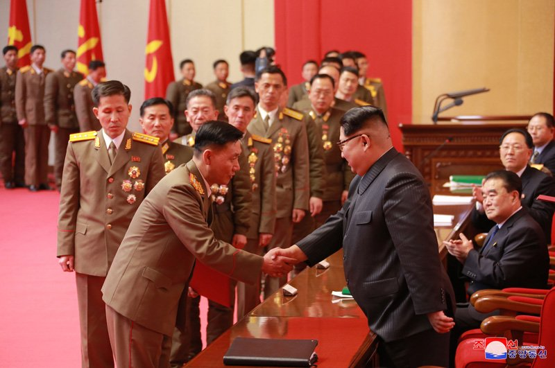 Anh: Ong Kim Jong-un tuoi cuoi bat tay nguoi tham gia thu nghiem ten lua Hwasong-15 hinh anh 5