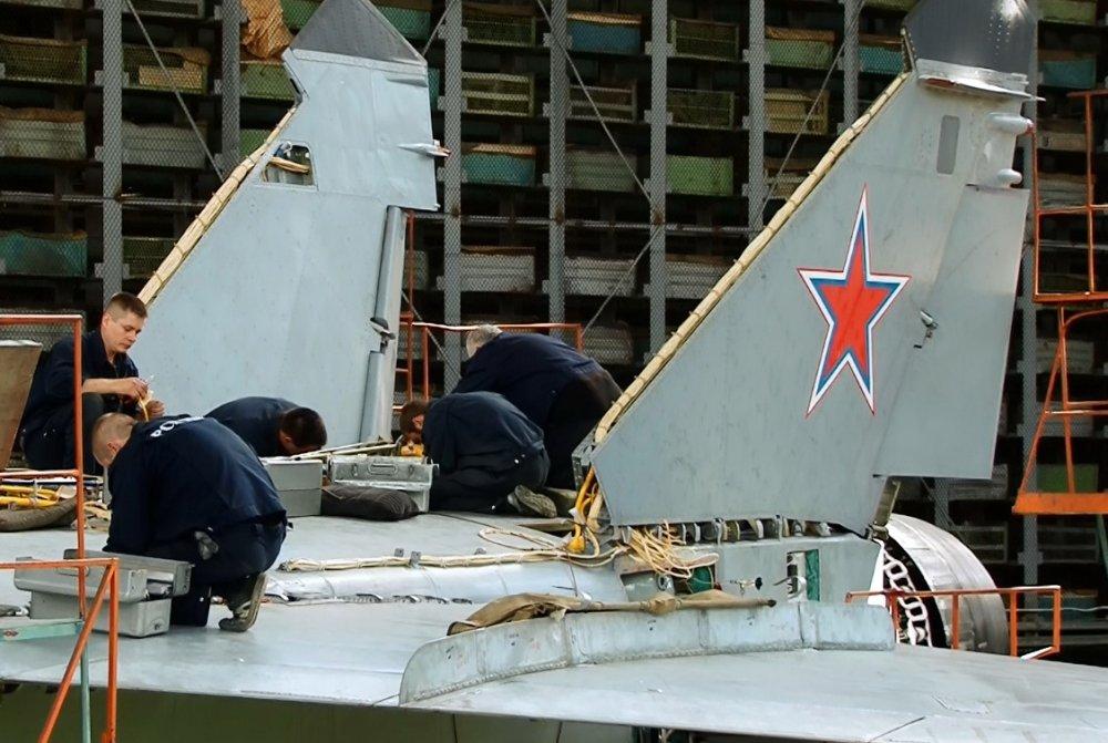 Anh hiem ve quy trinh hien dai hoa MiG-31 trong nha may tuyet mat cua Nga hinh anh 2
