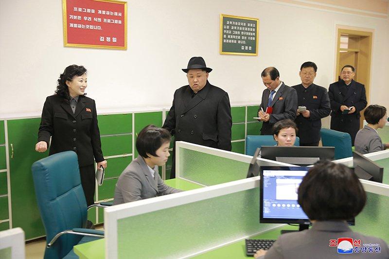 Anh: Ong Kim Jong-un tham truong cao dang hien dai o Binh Nhuong hinh anh 11