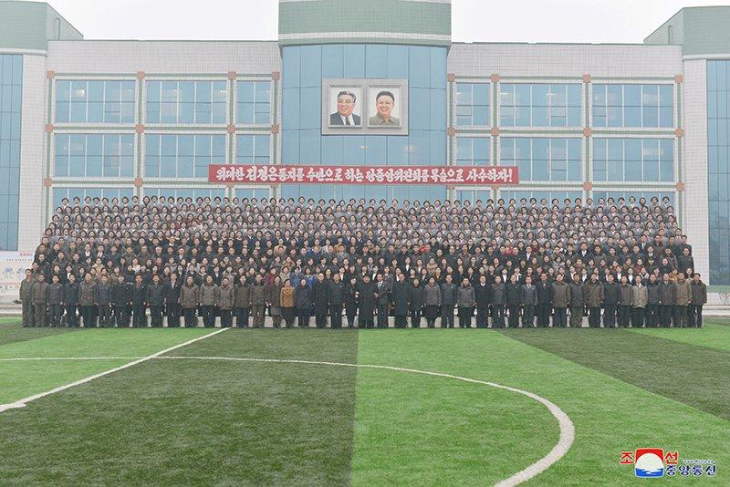 Anh: Ong Kim Jong-un tham truong cao dang hien dai o Binh Nhuong hinh anh 17