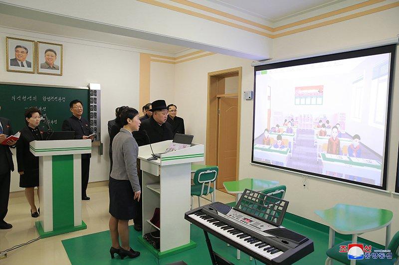 Anh: Ong Kim Jong-un tham truong cao dang hien dai o Binh Nhuong hinh anh 2
