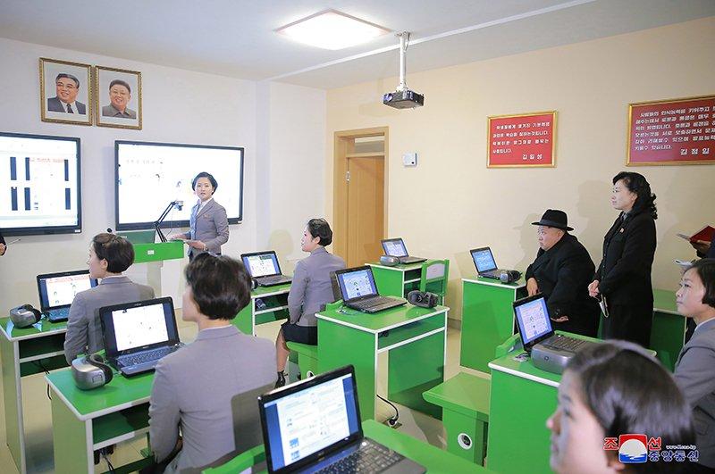 Anh: Ong Kim Jong-un tham truong cao dang hien dai o Binh Nhuong hinh anh 4