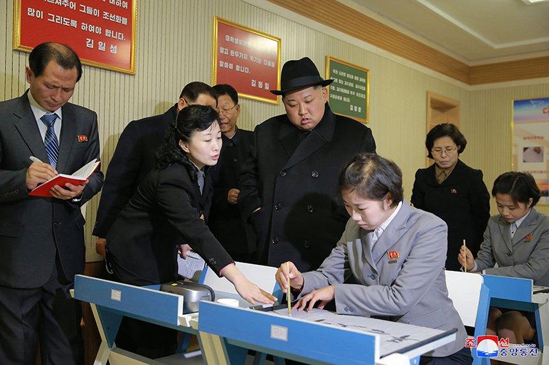 Anh: Ong Kim Jong-un tham truong cao dang hien dai o Binh Nhuong hinh anh 7