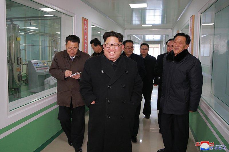 Anh: Ong Kim Jong-un va vo tham nha may duoc lau doi nhat Trieu Tien hinh anh 1