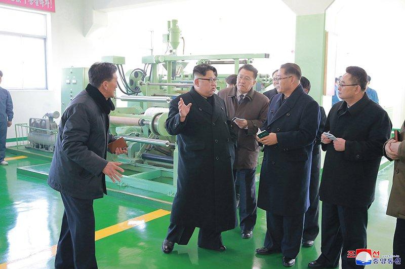 Anh: Ong Kim Jong-un va vo tham nha may duoc lau doi nhat Trieu Tien hinh anh 12