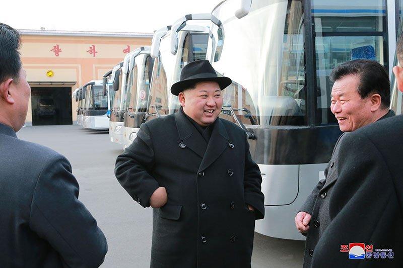 Anh: Ong Kim Jong-un tham nha may xe buyt moi khanh thanh hinh anh 1