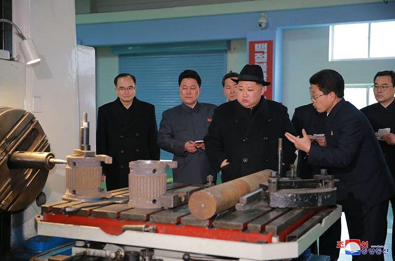 Anh: Ong Kim Jong-un tham nha may xe buyt moi khanh thanh hinh anh 9
