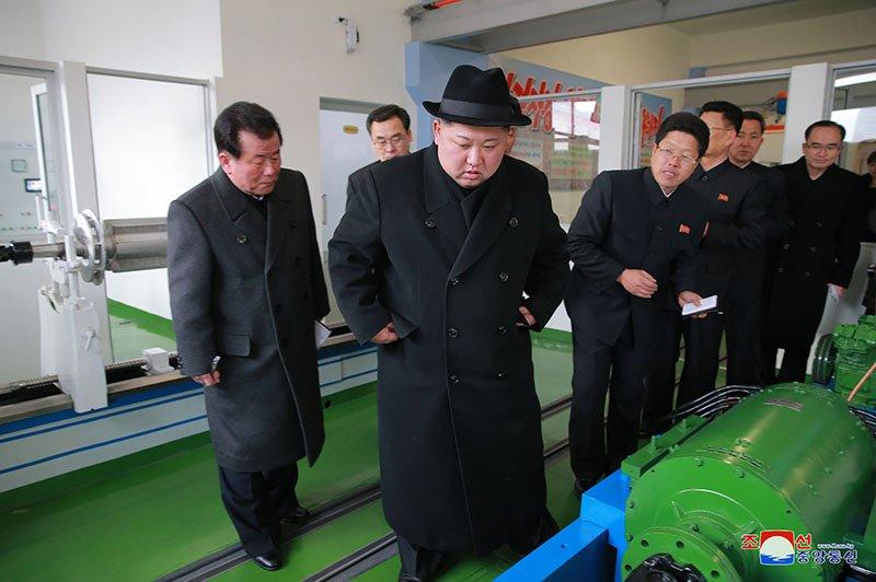 Anh: Ong Kim Jong-un tham nha may xe buyt moi khanh thanh hinh anh 10