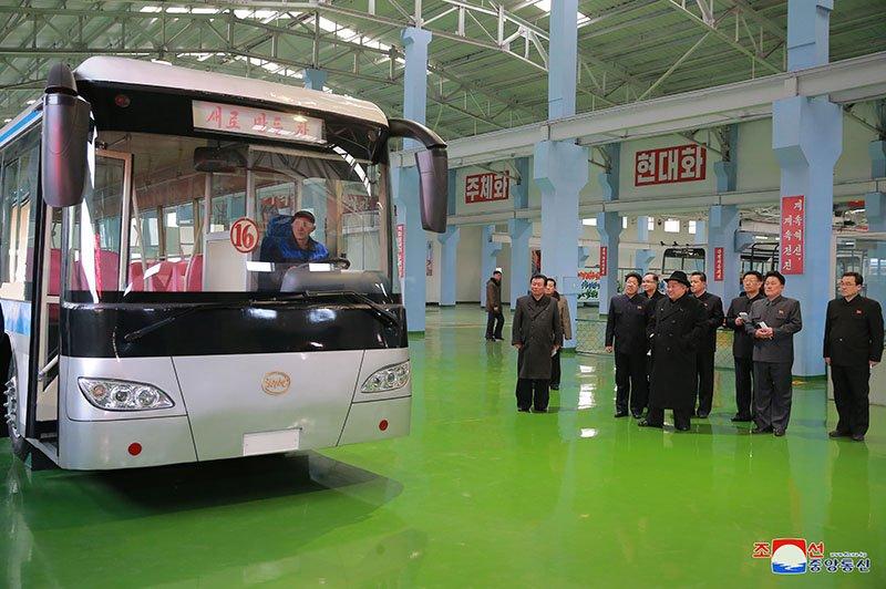Anh: Ong Kim Jong-un tham nha may xe buyt moi khanh thanh hinh anh 11