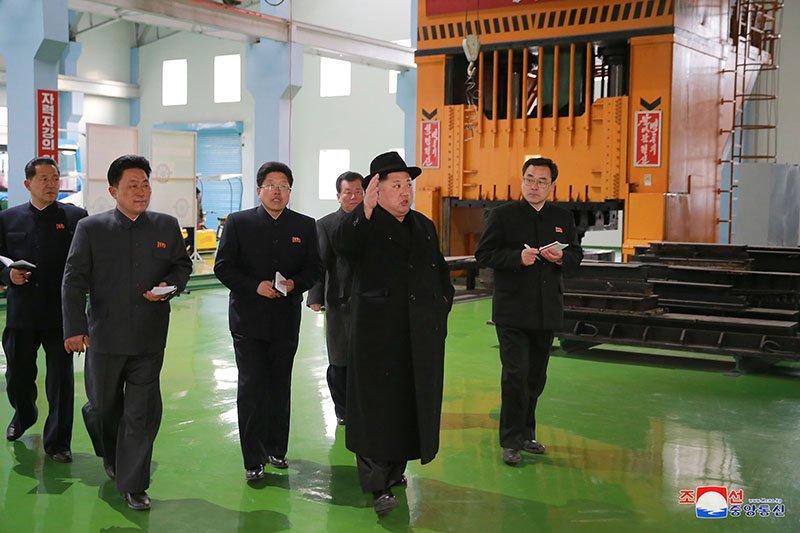 Anh: Ong Kim Jong-un tham nha may xe buyt moi khanh thanh hinh anh 12