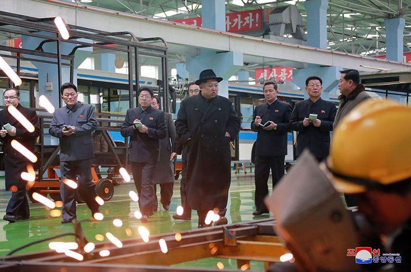 Anh: Ong Kim Jong-un tham nha may xe buyt moi khanh thanh hinh anh 13