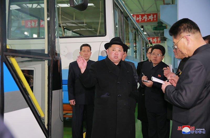 Anh: Ong Kim Jong-un tham nha may xe buyt moi khanh thanh hinh anh 14