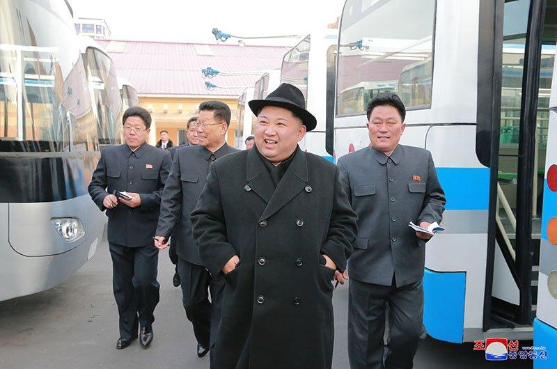 Anh: Ong Kim Jong-un tham nha may xe buyt moi khanh thanh hinh anh 2