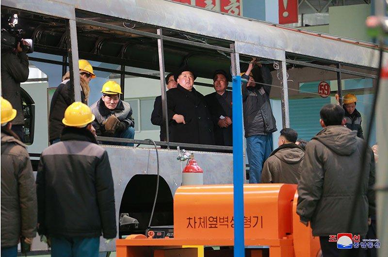 Anh: Ong Kim Jong-un tham nha may xe buyt moi khanh thanh hinh anh 15