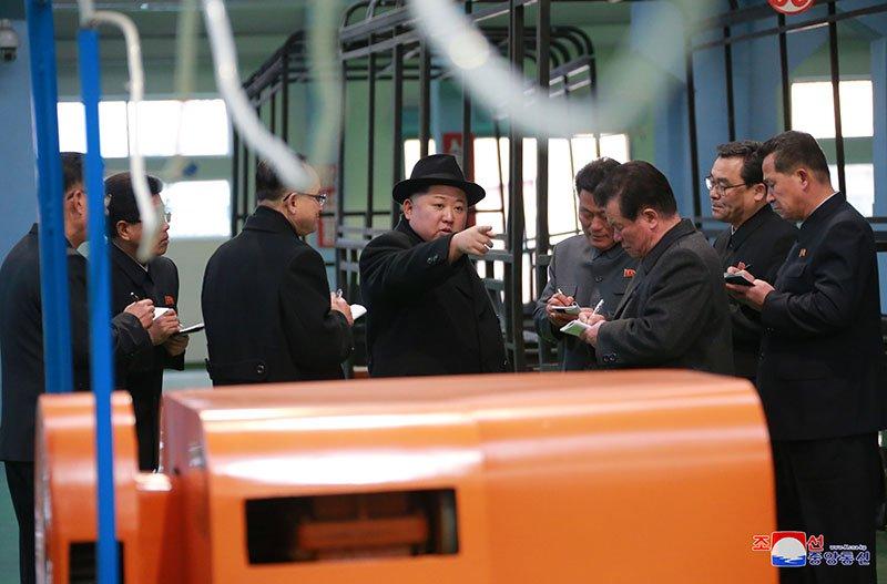 Anh: Ong Kim Jong-un tham nha may xe buyt moi khanh thanh hinh anh 16