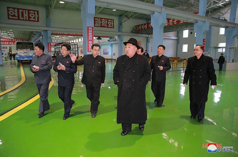 Anh: Ong Kim Jong-un tham nha may xe buyt moi khanh thanh hinh anh 17