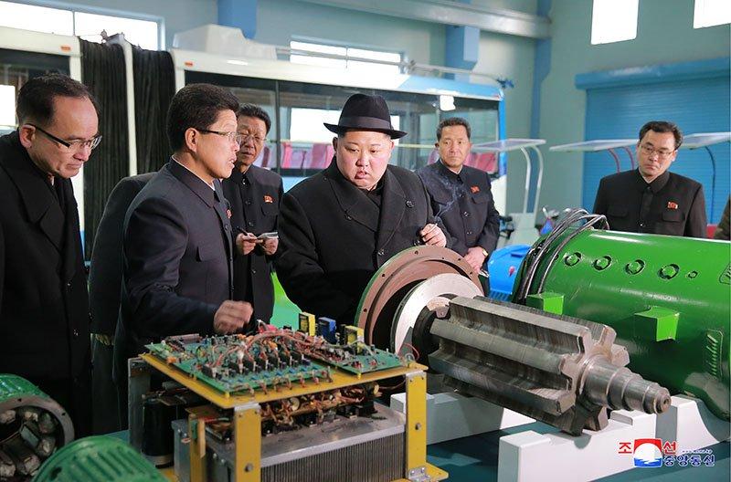 Anh: Ong Kim Jong-un tham nha may xe buyt moi khanh thanh hinh anh 18