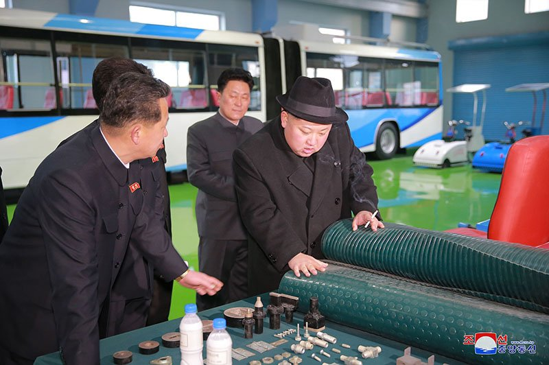 Anh: Ong Kim Jong-un tham nha may xe buyt moi khanh thanh hinh anh 19