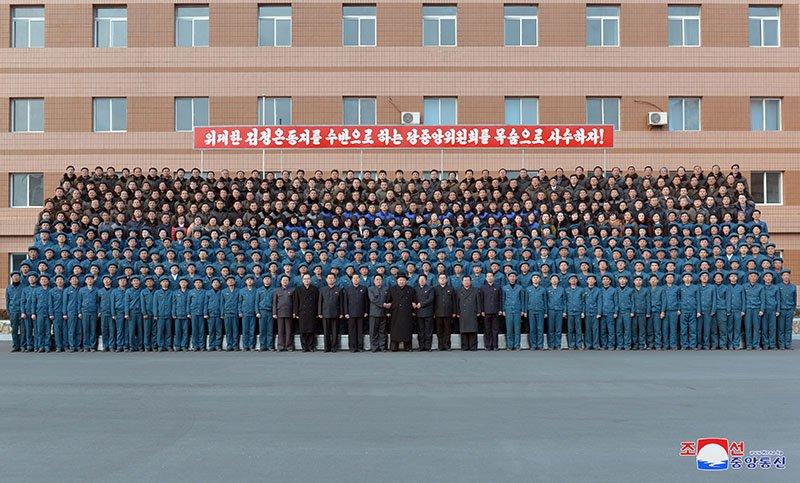 Anh: Ong Kim Jong-un tham nha may xe buyt moi khanh thanh hinh anh 20