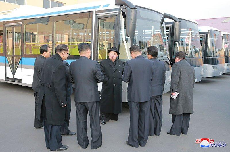 Anh: Ong Kim Jong-un tham nha may xe buyt moi khanh thanh hinh anh 4