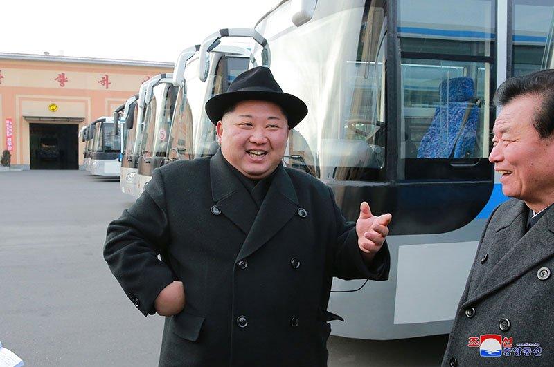 Anh: Ong Kim Jong-un tham nha may xe buyt moi khanh thanh hinh anh 3