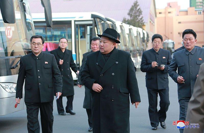 Anh: Ong Kim Jong-un tham nha may xe buyt moi khanh thanh hinh anh 5