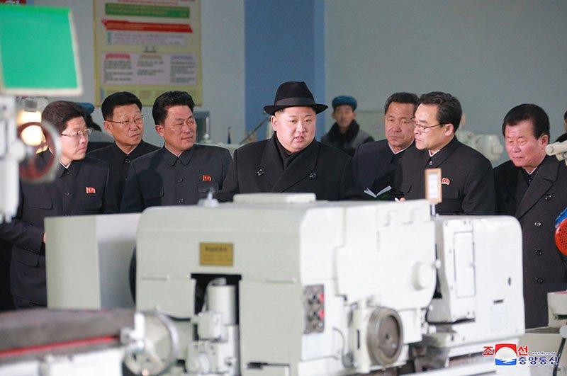 Anh: Ong Kim Jong-un tham nha may xe buyt moi khanh thanh hinh anh 7