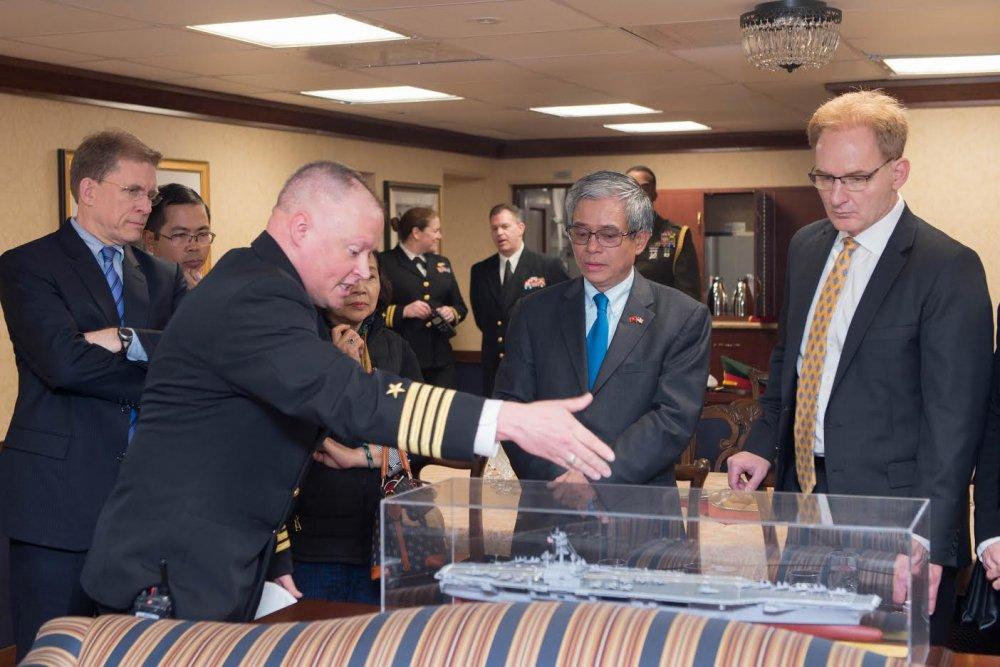 Dai su Pham Quang Vinh tham tau san bay USS George H.W. Bush hinh anh 2