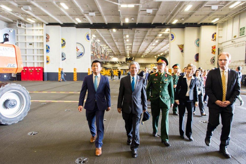 Dai su Pham Quang Vinh tham tau san bay USS George H.W. Bush hinh anh 3