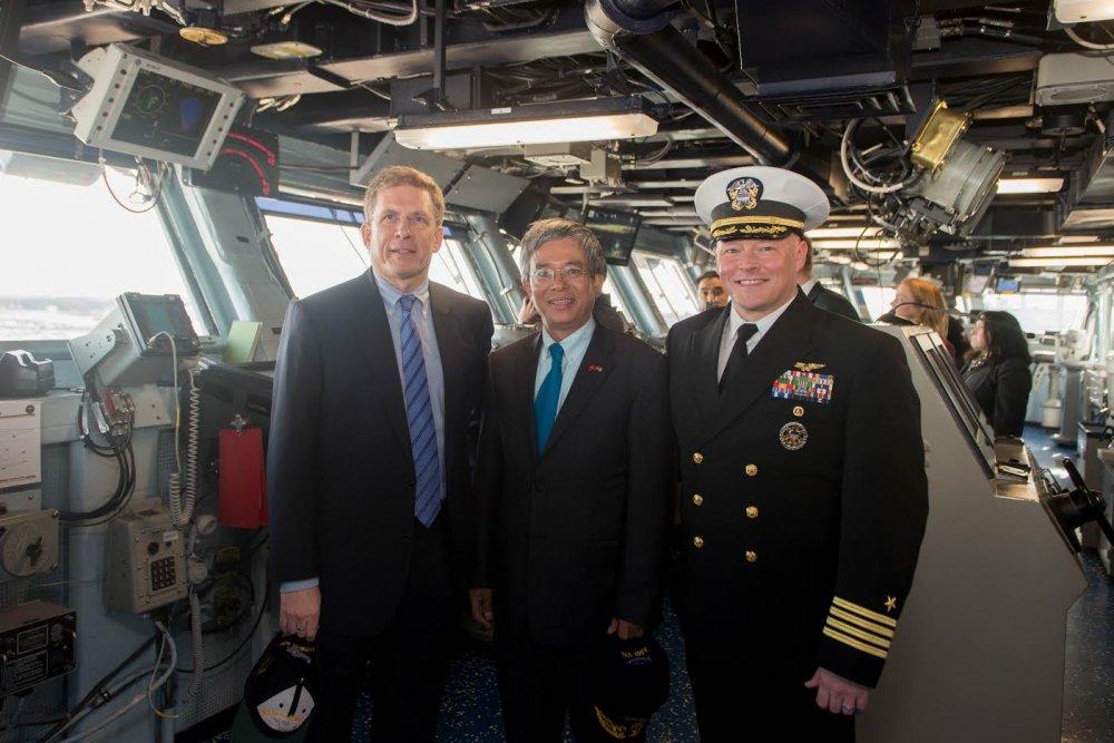 Dai su Pham Quang Vinh tham tau san bay USS George H.W. Bush hinh anh 4