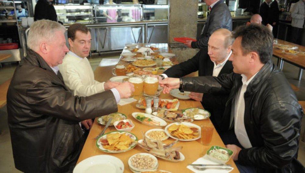 Tong thong Putin: Thu tuong Duc Angela Merkel thinh thoang gui bia cho toi hinh anh 1