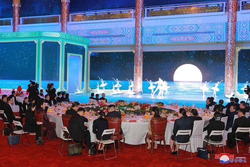 Anh: Can canh quoc yen chieu dai ong Kim Jong-un va phai doan Trieu Tien hinh anh 8