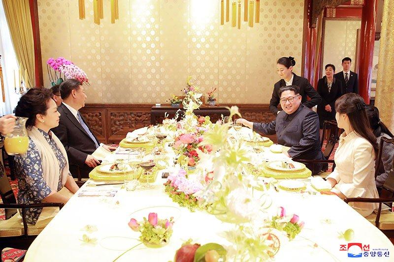 Vo chong ong Kim Jong-un dung bua o dau trong ngay cuoi tham Trung Quoc? hinh anh 7