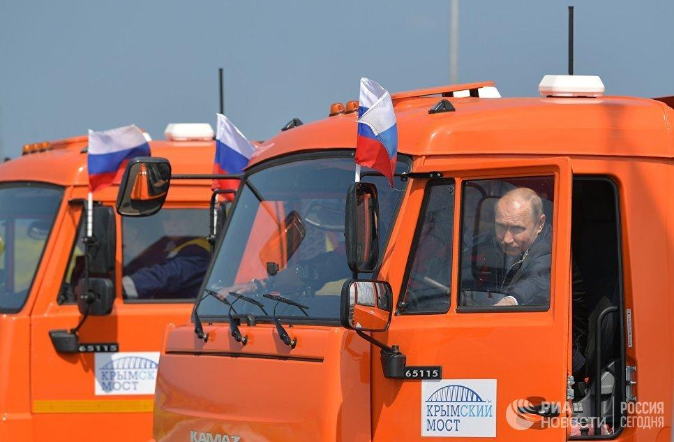 Ly do ong Putin khong pham luat du khong that day an toan khi lai xe tai khanh thanh cau Crum hinh anh 1