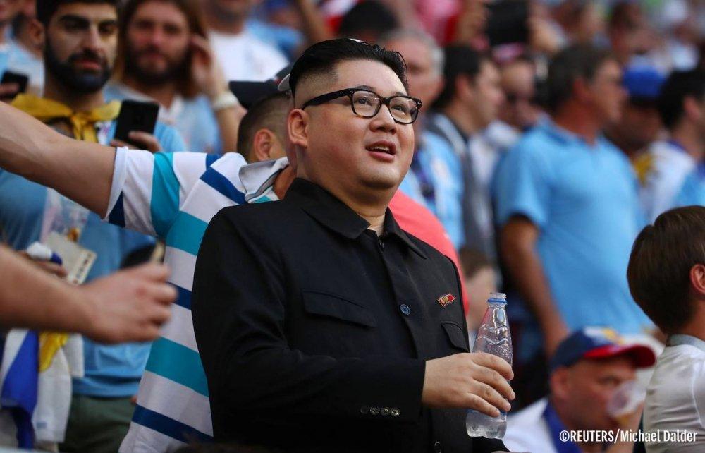 Ban sao ong Kim Jong-un xuat hien trong tran Uruguay vs Nga gay bao ca khan dai hinh anh 1