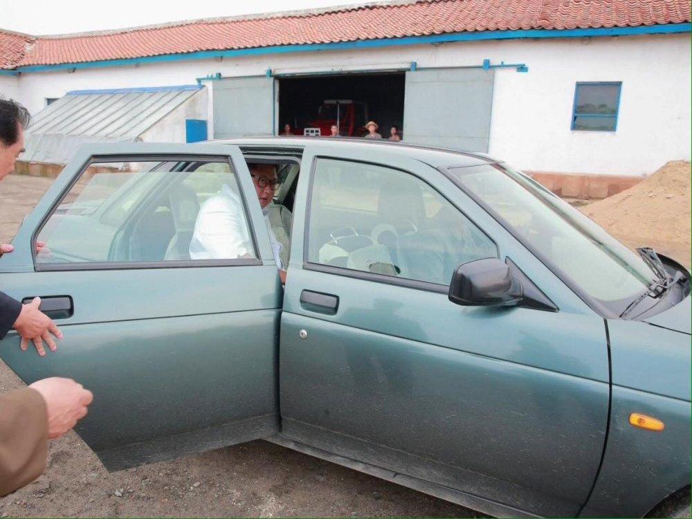 Khong phai xe boc thep, ong Kim Jong-un su dung chiec xe cu di thi sat bien gioi hinh anh 2