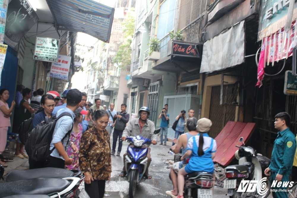 Chay nha o Sai Gon, 8 nguoi thuong vong: Nhieu nguoi nhay tang thoat than hinh anh 3